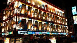 Sumó mabídka jídla v Ósace, ve čtvrti, kterou má pod palcem bůžek Billiken.
