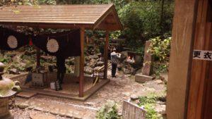 """Náhodně zahlédnutá modlitba před """"tou pravou"""" jeskyní, ve které se schovala bohyně Amaterasu v dobách vzniku japonských ostrovů."""