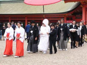 Ve svatyni Sumiyoši-taiša jsme byli svědky příchodu svatebčanů k obřadu.