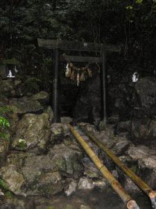 Jeskyně, kam se uchýlila Amaterasu rozzlobená chováním svého bratra Susanó. Zde se odehrála božská slavnost zakončená božským striptýzem a vylákáním Amaterasu zpět na svět.