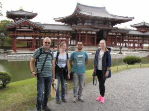 Poslední navštívený chrám Bjódó-in a nohy dosud roztřesené mírným zemětřesením.
