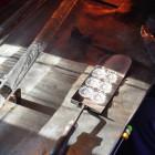 第一工程が終わったガラスボタンです。しばらくはまだオーブンの上段で冷やしてから冷却オーブンに移ります。