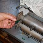 ボタンのエッジに残る余分なガラスを切り取る工程。